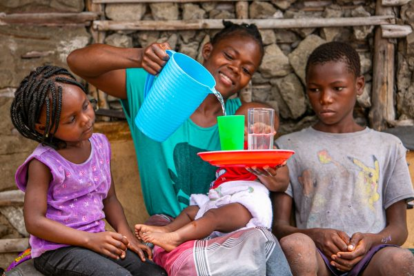 Henriqueta and her children access water